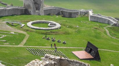 Spišský hrad - pohľad na nádvorie s malým amfiteátrom